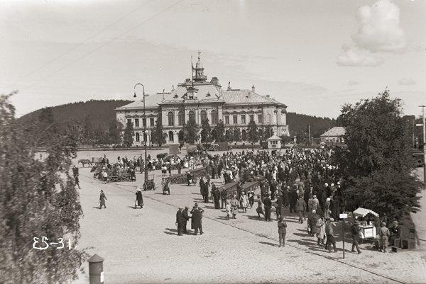 Kauppatorin historiaa - kauppaa ja kohtaamisia vuodesta 1818